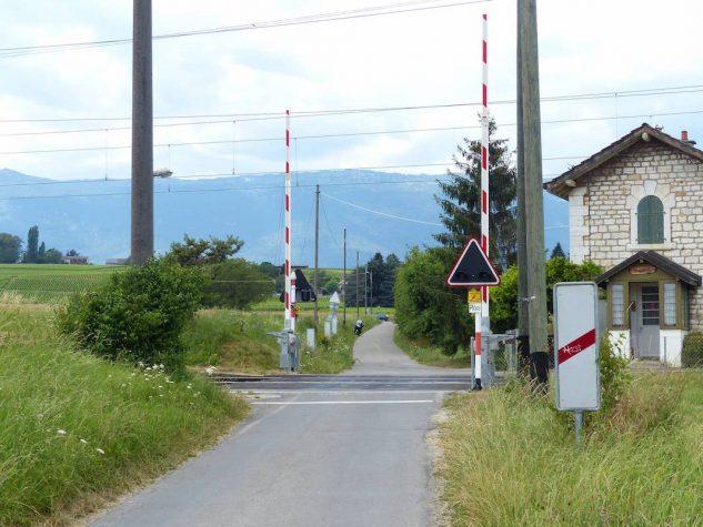 Passage_a_niveau_barrieres_levees_chemin_du_Chateau-des-Bois